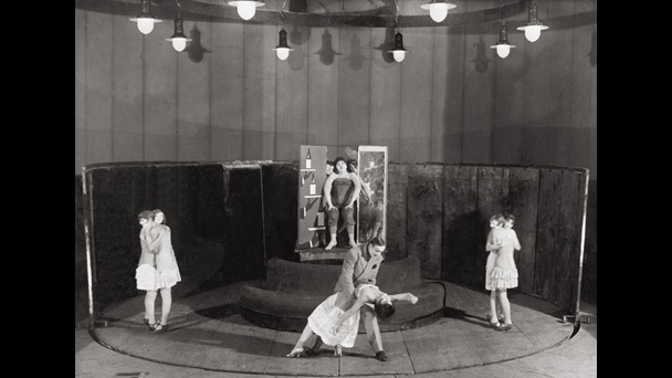 Photograph actors on stage in a a 1930s production of The Threepenny Opera, Moscow