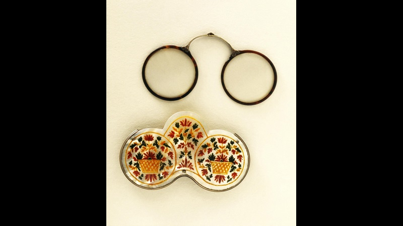 Round spectacles and floral decorated spectacle case