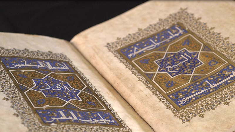 An image of volume one of Sultan Baybars' Qur'an (add ms 22406) open to show folios 1v-2r