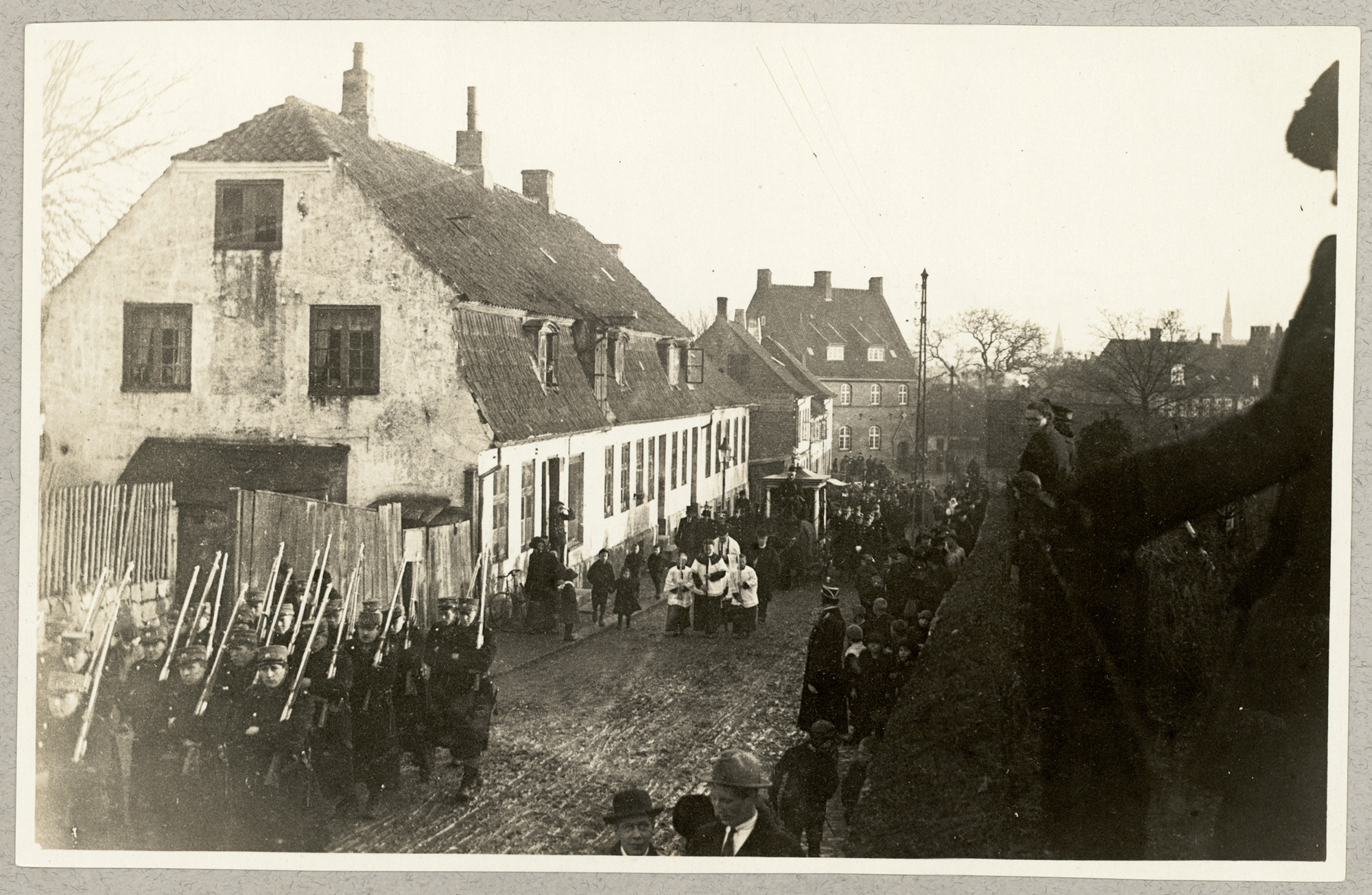 Photo of a funeral procession in Helsingør, where a French soldier found his rest