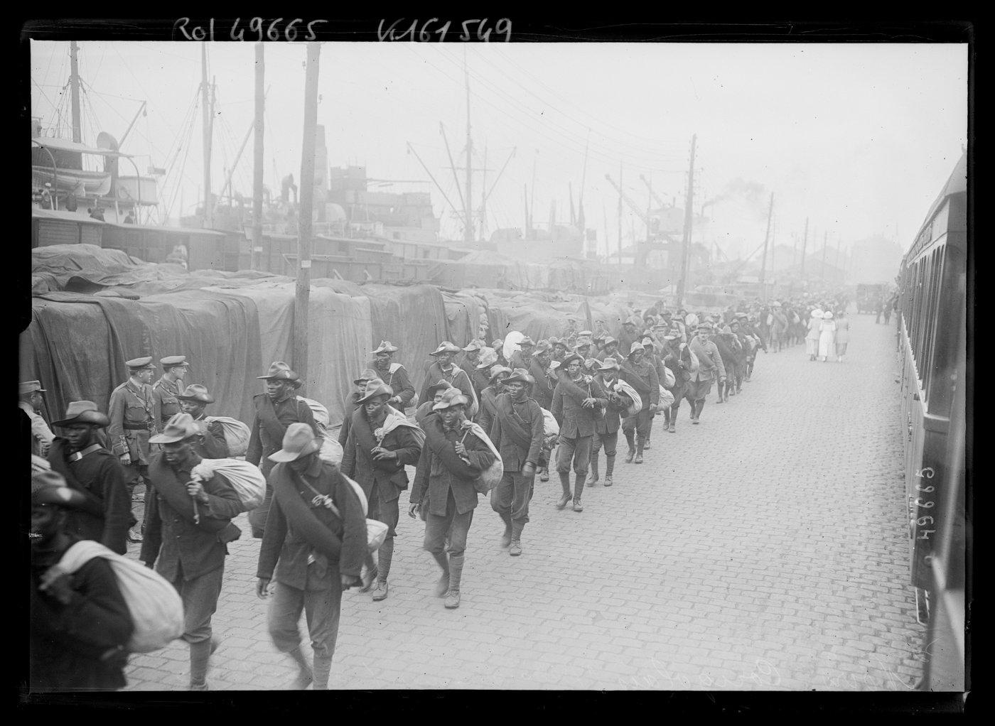Photograph from 1917 showing the landing of colonial troops from the Congo.