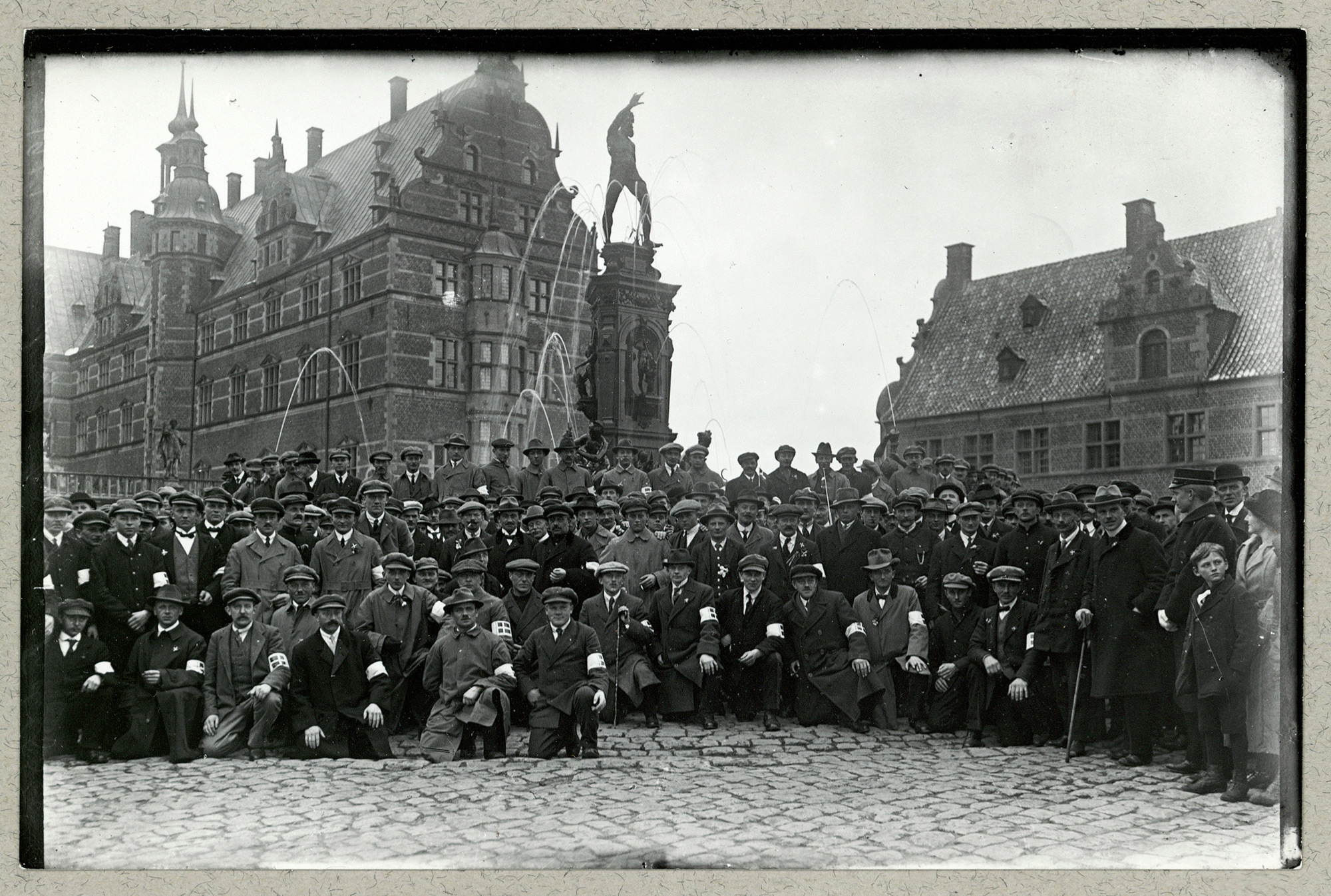 Photo of returned Danish prisoners of war from Nothern Schleswig at Frederiksborg Slot