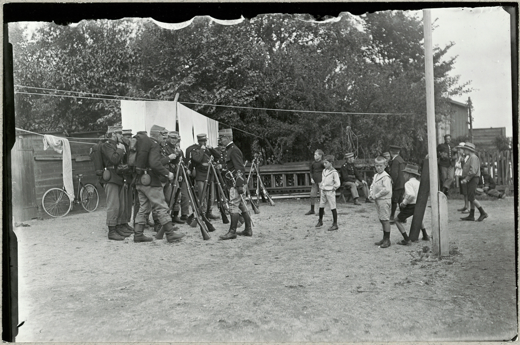 Soldiers from the reserve, who had been called up for duty at the outbreak of the war