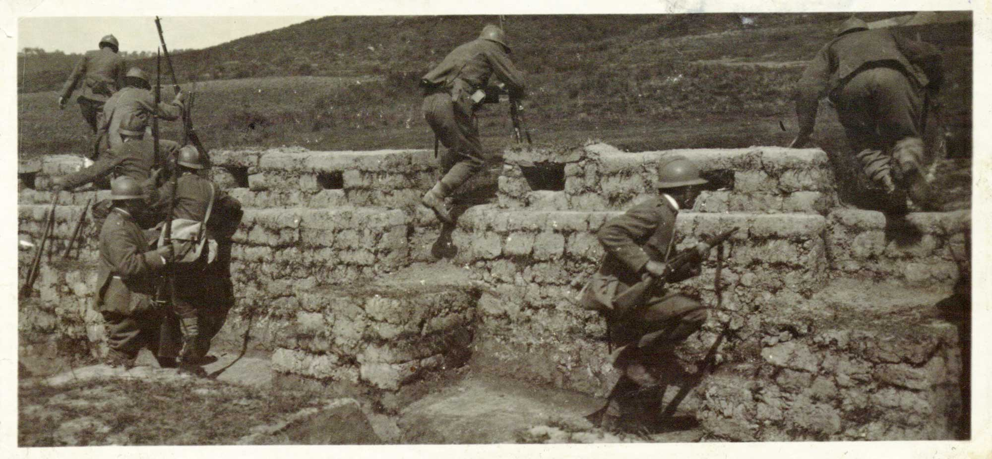 Italian soldiers leave a trench to begin an assault, 1917.