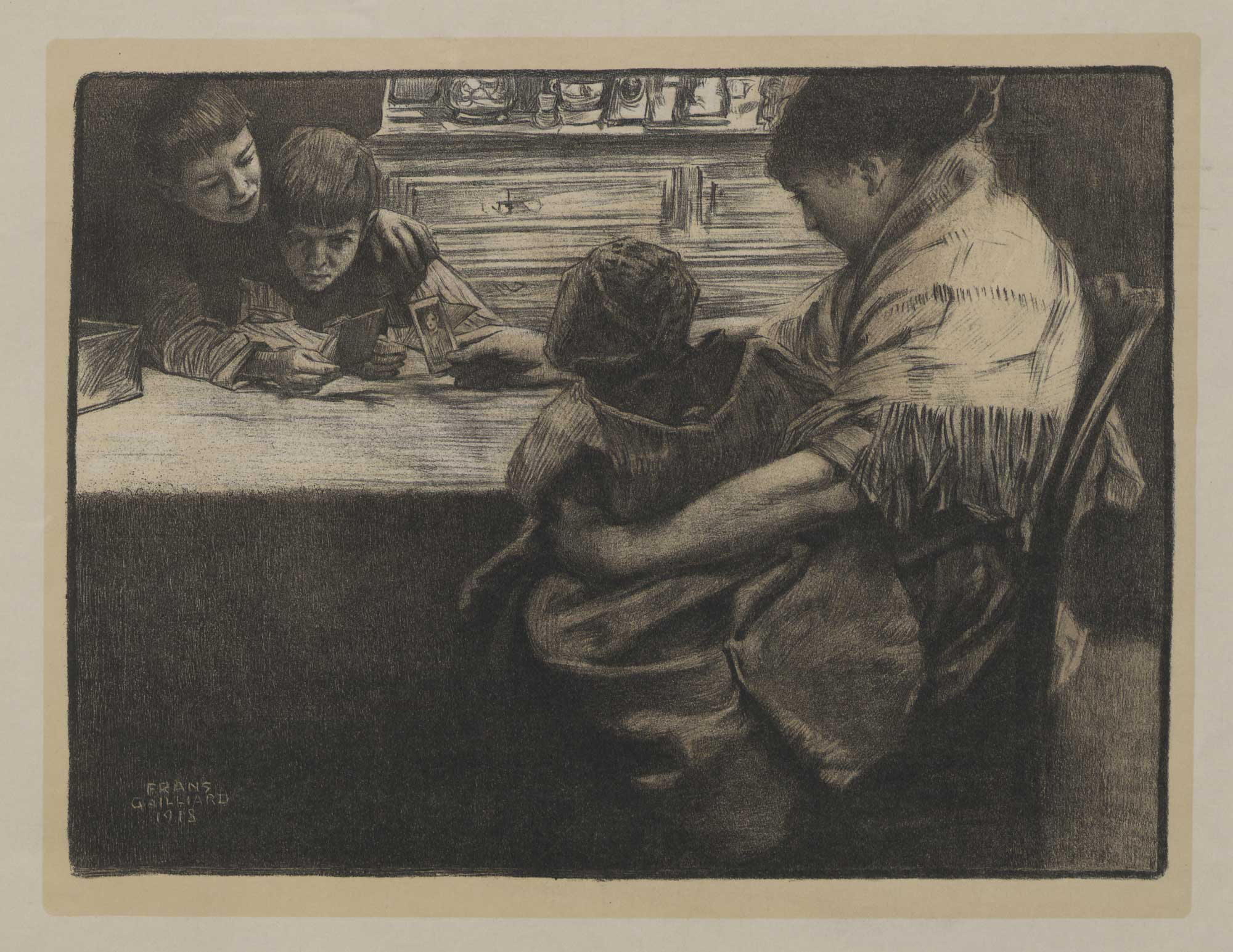 Femme (veuve d'un militaire de la guerre 1914-1918) montrant des portraits à trois enfants