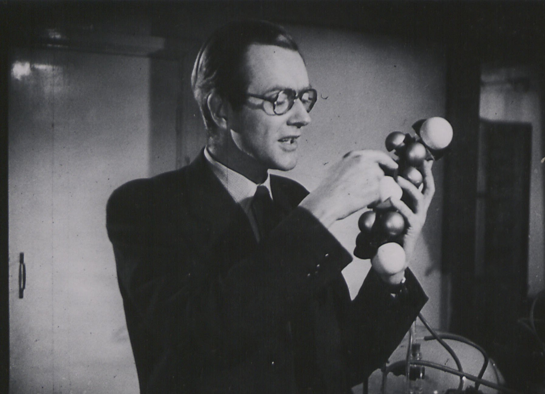 Maurice Wilkins explaining the structure of DNA for the BBC.  Photo Kings College London
