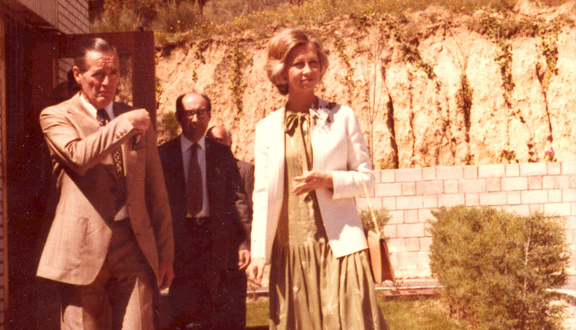 Roy Gibson at ESA's Villafranca ground station, with the Queen of Spain, 1980