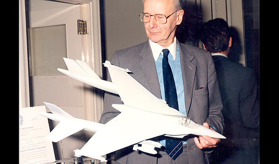 Ralph Hooper, November 1992, with a scale model of the P1216 © BAE SYSTEMS